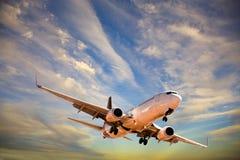 Flugzeuge im Sonnenuntergang-Himmel stockfotos