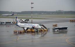 Flugzeuge an internationalem Flughafen Sheremetyevo, Moskau Stockfotos