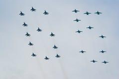 Flugzeuge MiG-29 und Su-25 fliegen in Anordnung 64 Stockfoto