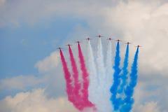 Flugzeuge mit einem mehrfarbigen Rauche Stockbild