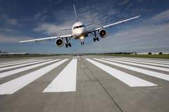 Flugzeuge niedrig über der Rollbahn Lizenzfreie Stockfotos