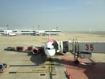 Flugzeuge am Parkplatz Lizenzfreie Stockfotos