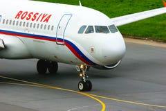 Flugzeuge Rossiya Air Company Airbus A320-214 in internationalem Flughafen Pulkovo in St Petersburg, Russland Stockfotografie