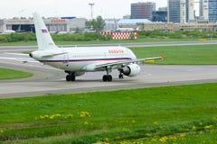 Flugzeuge Rossiya-Fluglinien-Airbusses A319-112 in internationalem Flughafen Pulkovo in St Petersburg, Russland Lizenzfreie Stockfotografie