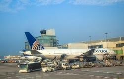 Flugzeuge am Tor Lizenzfreie Stockfotos