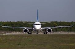 Flugzeuge Ukraine International Airliness Embraer ERJ190-100, die für Start von der Rollbahn sich vorbereiten Lizenzfreie Stockfotos