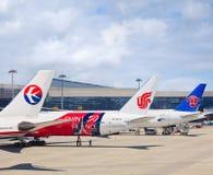 Flugzeuge von China Ost, von Air China und von China Southern Airlines auf Hongqiao-Flughafen, Shanghai, China Lizenzfreie Stockfotos