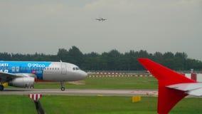 Flugzeuge vor Abfahrt stock video footage