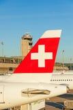 Flugzeugendstückflosse des Flugzeugs von der Fluggesellschaft Swiss - Flughafen Zürich Stockbild