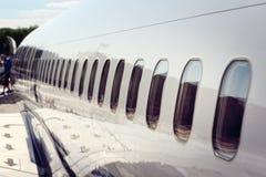 Flugzeugfenster, die nach Ankunft am Ferienflughafen ausschiffen stockbilder