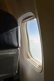 Flugzeugfenster innerhalb des Flugzeuges Stockbild