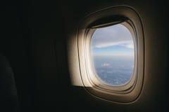 Flugzeugfenster mit Sonnenlicht Stockbild
