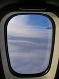 Flugzeugfenster und -himmel Stockbilder