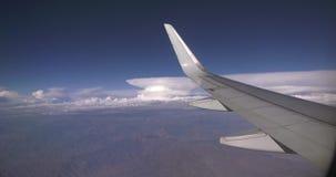 Flugzeugfensteransicht beim Fliegen stock video footage