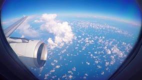 Flugzeugfensteransicht an des Passagierflugzeug-Luftfahrtfluglinien-Fliegens des Sonnenuntergangsonnenaufgangs 1080 HD reisender  stock video