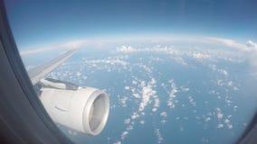 Flugzeugfensteransicht an des Passagierflugzeug-Luftfahrtfluglinien-Fliegens des Sonnenuntergangsonnenaufgangs 4k reisender Betri stock video footage
