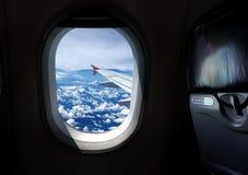 Flugzeugfensterplatz mit Ansicht Stockbild
