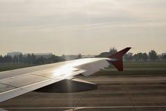 Flugzeugflügel außerhalb des Fensters lizenzfreie stockfotos