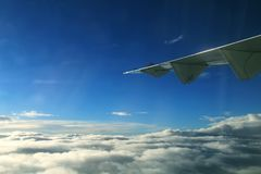 Flugzeugflügel in der Luft Fliegenflügel, Flugzeugflügel im Himmel stockfotografie