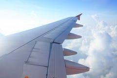 Flugzeugflügel gegen Wolke und Himmel Stockfoto