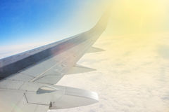 Flugzeugflügel hoch im Himmel Lizenzfreie Stockbilder