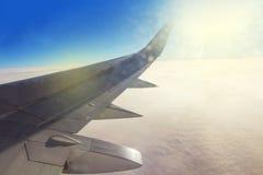 Flugzeugflügel hoch im Himmel Stockbilder