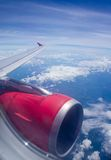 Flugzeugflügel im Flug Stockbild