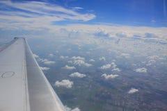 Flugzeugflügel im Flug auf schönem Himmel Stockbild
