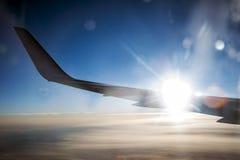 Flugzeugflügel im Sonnenuntergangflug zum Paradies lizenzfreie stockfotografie