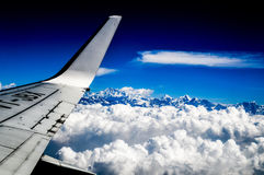 Flugzeugflügel mit Gebirgszug Stockfotografie