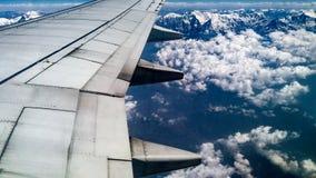 Flugzeugflügel mit Gebirgszug Stockfotos