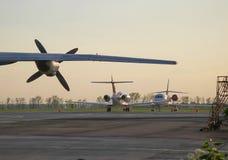 Flugzeugflügel mit Propeller und zwei Privatjetflugzeugen Stockfotos