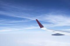 Flugzeugflügel mit Sonnenaufgang im hellen Aufflackern Stockfotografie