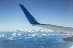 Flugzeugflügel und -berge im Hintergrund Lizenzfreie Stockfotos