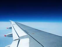 Flugzeugflügel und blauer Himmel stockfotografie