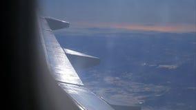 Flugzeugflügel und malerische Berglandschaft von der hohen Stufe vom Flugzeugfenster stock footage
