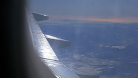 Flugzeugflügel und malerische Berglandschaft von der hohen Stufe vom Flugzeugfenster stock video