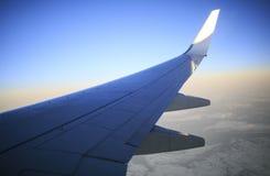 Flugzeugflügel von der Kabine Stockfotografie