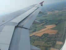 Flugzeugflügelhimmel-Flugreise lizenzfreies stockbild