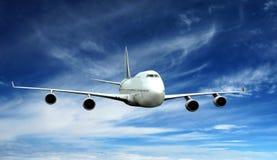 Flugzeugfliege auf blauem Himmel Stockbilder