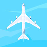 Flugzeugfliege auf dem Himmel Stockbilder