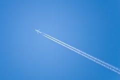 Flugzeugfliege am blauen Himmel Stockbilder