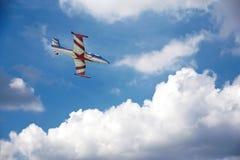 Flugzeugfliegen über Wolken Stockfotos