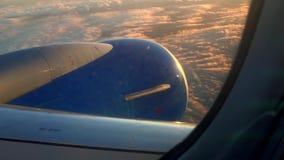 Flugzeugfliegen über Wolken stock video
