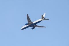 Flugzeugfliegen im blauen Himmel Lizenzfreies Stockfoto