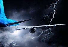 Flugzeugfliegen im stürmischen Himmel Gemischte Medien Stockfoto
