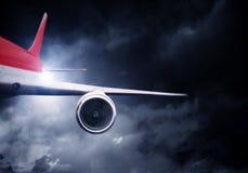 Flugzeugfliegen im stürmischen Himmel Gemischte Medien Lizenzfreie Stockbilder
