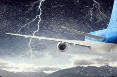 Flugzeugfliegen im stürmischen Himmel Gemischte Medien Gemischte Medien Lizenzfreie Stockfotografie