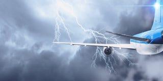 Flugzeugfliegen im stürmischen Himmel Gemischte Medien Gemischte Medien Stockfoto