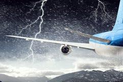 Flugzeugfliegen im stürmischen Himmel Gemischte Medien Gemischte Medien Lizenzfreies Stockfoto